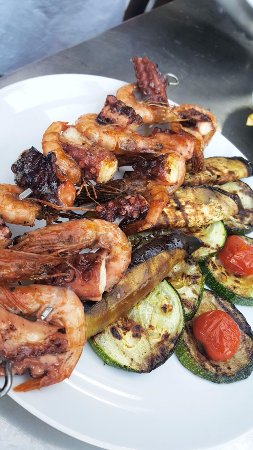 Zrnovo, Kroatië: Grilled shrimps and octopus with grilled vegetables from our garden