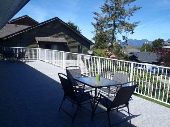 Tofino Ospray Lodge: Huge deck off our Deluxe Room and Two Bedroom Suite