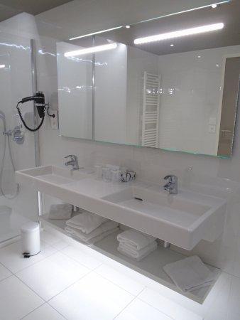 Super salle de bain, très grande douche et baignoire! sèche cheveux ...