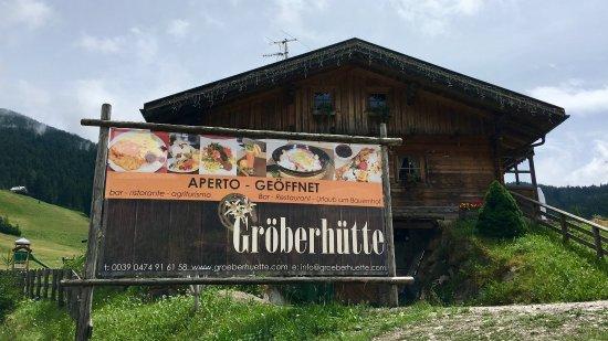 Groeber Hutte: Blick auf die Hütte vom Liftparkplatz