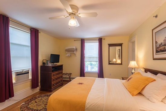 Harding House: an example of a room with queen size bed and private bathroom