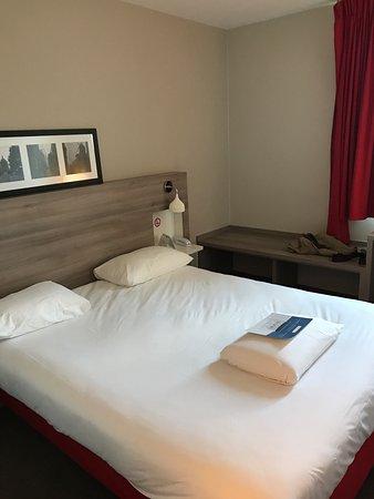Saint Cyr l'Ecole, France: Zimmer und Bad