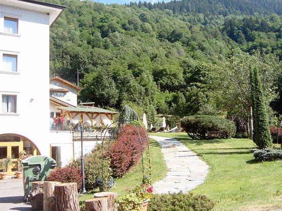 Hotel Salvadori: Scorcio del giardino con il percorso esterno per la piscina scoperta e l'area attrezzata .