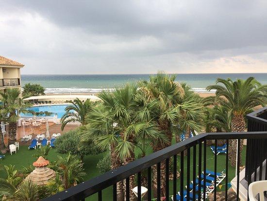 Puig, España: Jardín del hotel, piscina y la playa al fondo