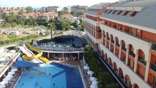 Dream World Resort: Tuin/zwembad van DreamWorld resort & spa met daaraan vast de westzijde de zijkant van Orange Pal
