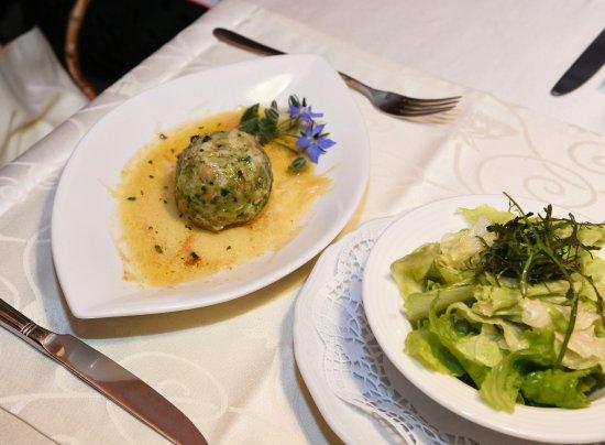 Gnesau, Österreich: Brennessel-Knödel mit brauner Butter und Parmesan