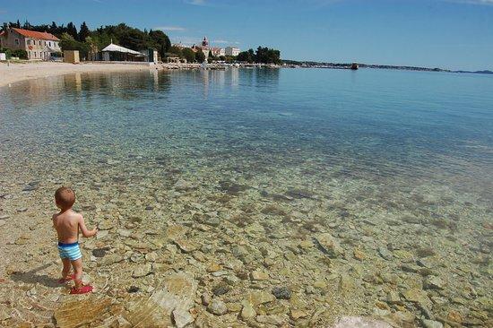 Sveti Filip i Jakov, Kroasia: Plaża przed ośrodkiem
