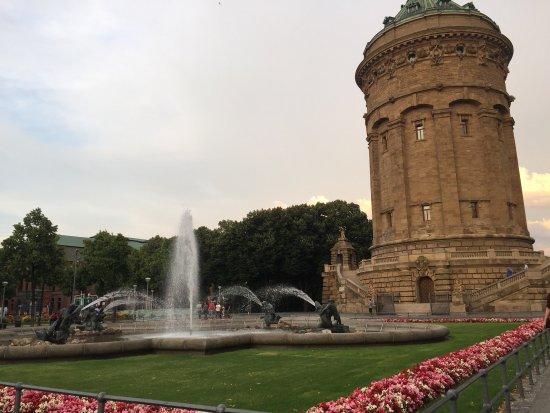 Mannheimer Wasserturm : 大雨快來了,天空的雲彩卻是如此燦爛。夏夜8點。