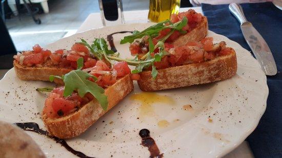 Hohwacht, Tyskland: tolle gewürzte Bruschetta mit schmackhaften Knoblauch-Tomaten-Würfeln