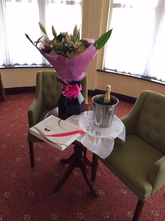 Seven Oaks Hotel: Flowers and Chocolates