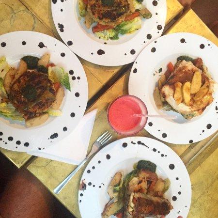 Earth Cafe Marrakech: Burger et rouleaux de printemps ! Bien bon !