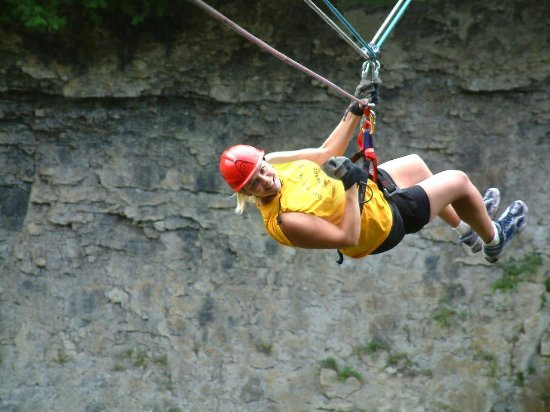 Elora, Kanada: Adventure Team Challenge- ride the zipline with your team pulling you back