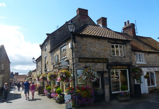 Helmsley, UK: At a corner of the main square