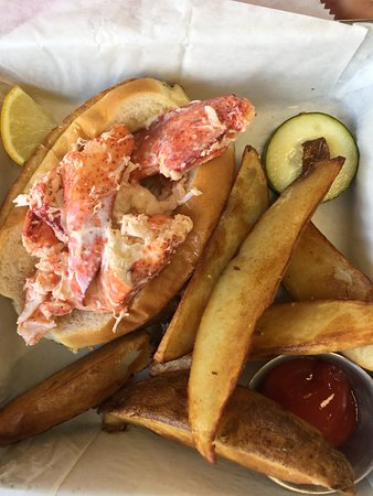 Ridgeland, SC: Absolutely delicious lobster, fries, onion rings and scrumptious salad. Love the dill dip with o
