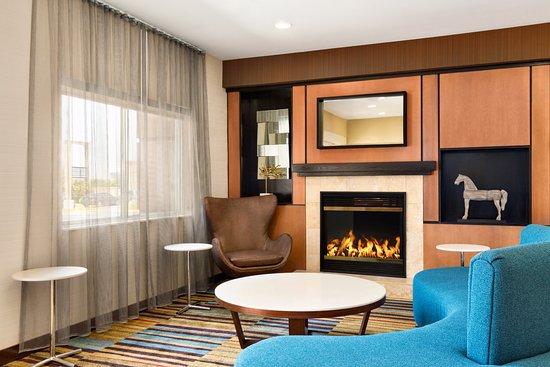 Fairfield Inn & Suites Oklahoma City Quail Springs/South Edmond: Lobby Fireplace