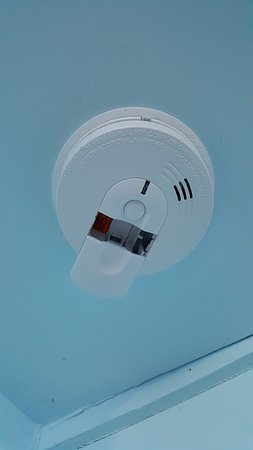 Stinson Beach, Californien: Smoke alarm with no batteries.
