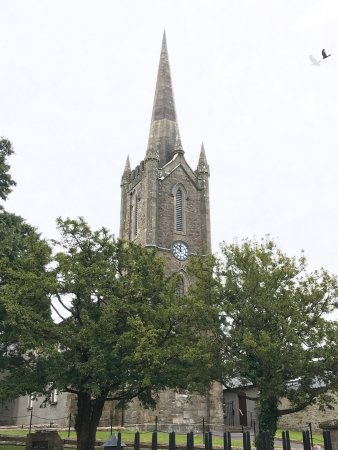 Donegal, Irlandia: Church across street