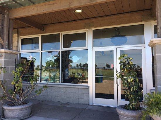 Бурлингейм, Калифорния: Front of restuarant--inside of golf shop