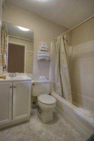 Cape Ann Motor Inn: Modern Baths With Tub Shower