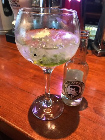 Maynooth, Irlanda: Glenroyal hotel new rooms and Gin  Menu in Saints Bar