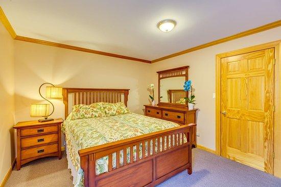 Motel room with King size bed  – na slici je Colonial Shores Resort, Hampton Bays - Tripadvisor