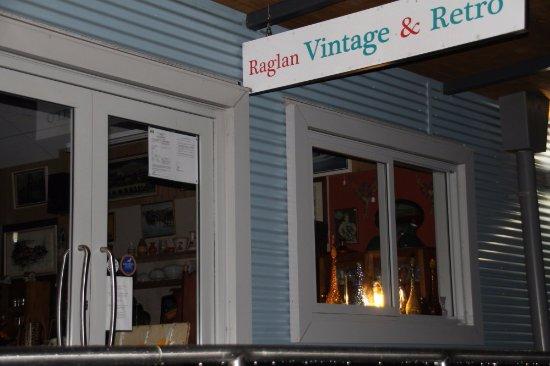 Raglan, Nova Zelândia: Neighbouring shop