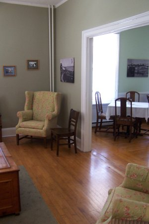 Pine Cottage B&B : Picture shows part of the family room and Breakfast room