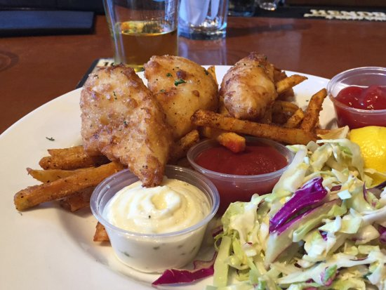 Auburn, Kalifornia: The fish and chips are served with coleslaw and a selection of dips.