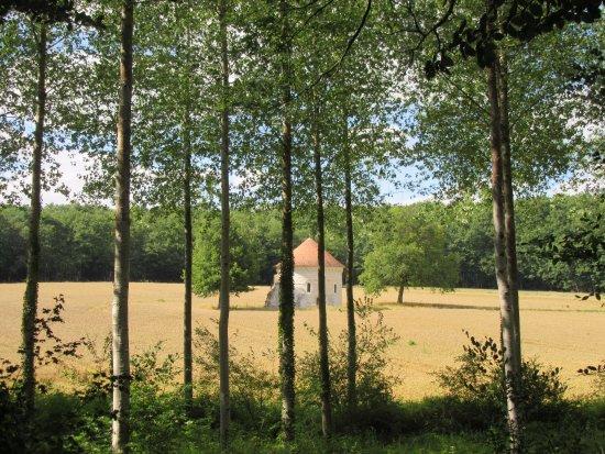 Loches, Francia: au détour d'un chemin forestier apparaît cette belle chapelle