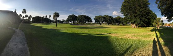 Miami Lakes, FL: Golf course view behind hotel!