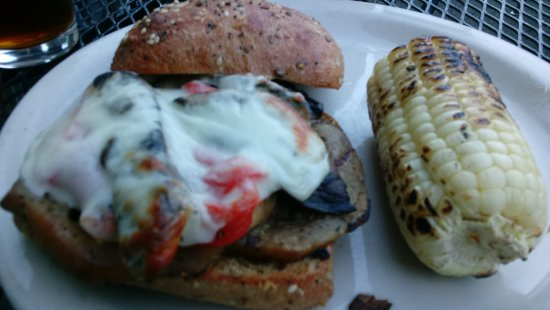 Dunsmuir, Californien: Eggplant-pepper-portabello sandwich / burger.