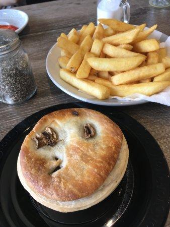 Myrtleford, Australia: Fresh Steak & Mushroom Pie and the tastiest chips ever!
