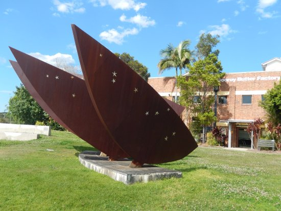 Cooroy, Australien: The Bunya sculpture by Glen Manning and Kathy Daly out the front of the Butter Factory Arts Cent