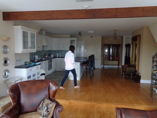 Lahinch, ไอร์แลนด์: The kitchen of a 2-bedroom suite, taken from the living room