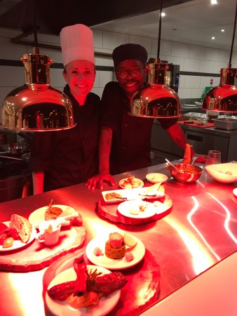 Margate, South Africa: Head Chefs Connie & Bright preparing our delicious Pinchos