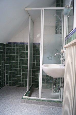 Bobingen, Deutschland: Badezimmer Dreibettzimmer