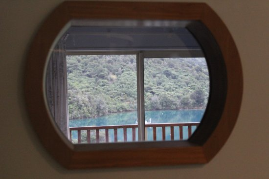 Endeavour Inlet, Nieuw-Zeeland: View thru the porthole when in the shower