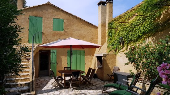 Noves, France: La Tuilerie: Courtyard