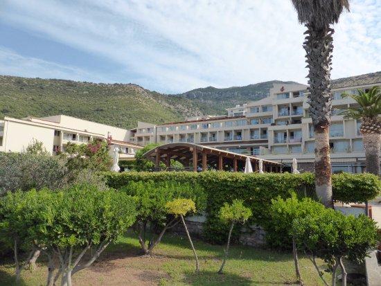 Hotel Palas: Belle vue de l'hôtel du jardin