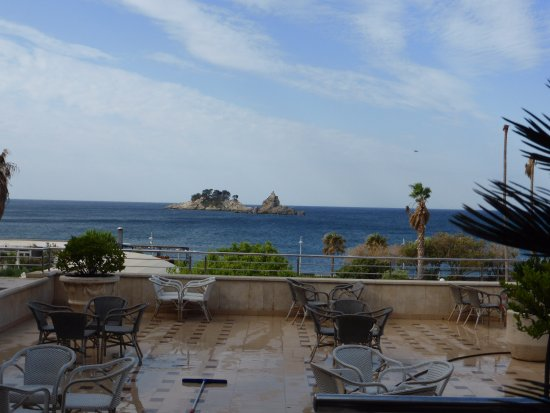 Hotel Palas: Vue de l'accueil et de la terrasse du bar