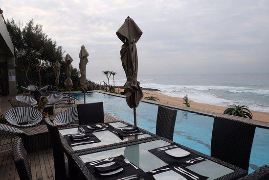 Salt Rock, جنوب أفريقيا: breakfast area and pool view....