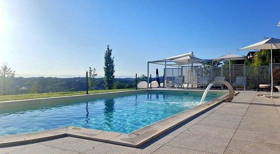Agliano Terme, إيطاليا: Piscina panoramica con vista sulle colline