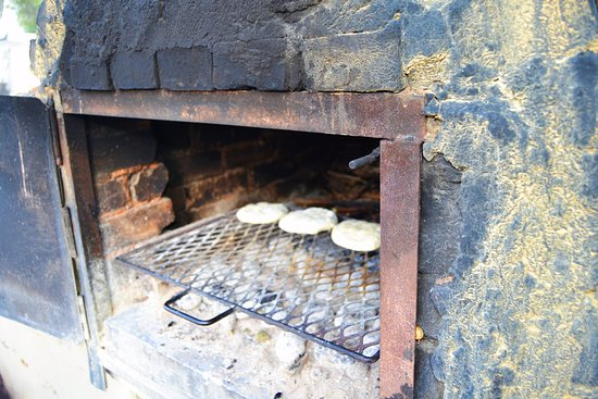 Kuils River, Sudáfrica: The outside baked oven. The bread being baked in a traditional manner.