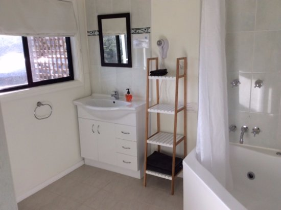 White Beach, Australia: Bay View Room has a spa in the large bathroom.