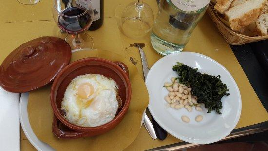Фабро, Италия: uova nel tegamino di coccio, cicoria ripassata e cannellini