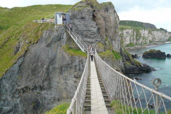 Ballintoy, UK: 小島から見た吊橋