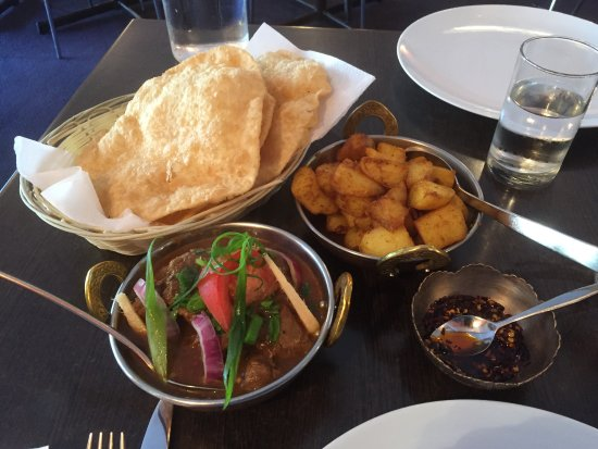 Himali Gurkha Nepalese Restaurant: Puris, Nepalese potatoes, goat curry and cut chilli paste