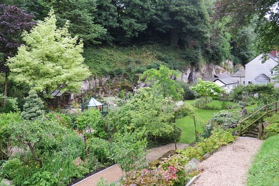 Bonsall, UK: Looking down to the gardens