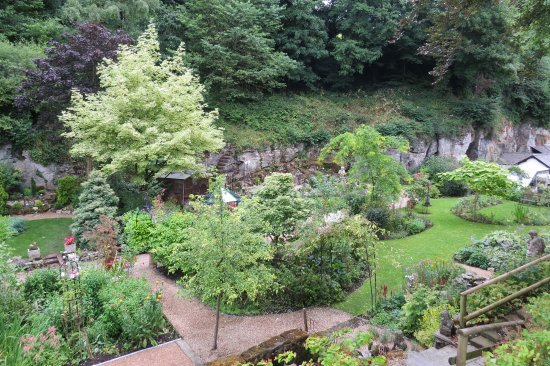 Bonsall, UK : Down to the gardens