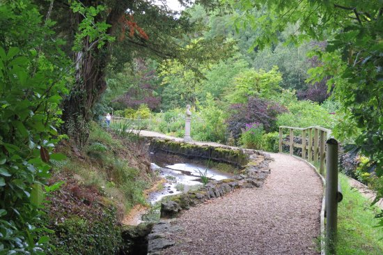 Bonsall, UK: Path in the gardens